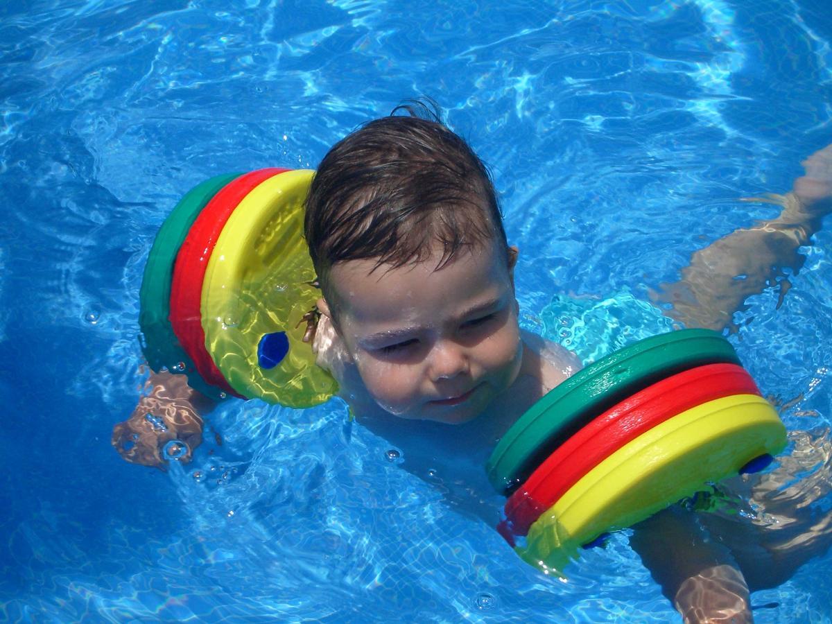 Manguitos delphin disc flotabilidad y seguridad for Manguitos piscina